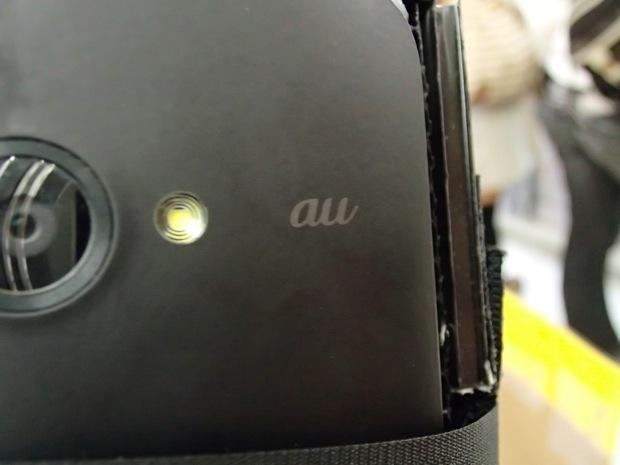 裏にはカメラの横にauの文字が!