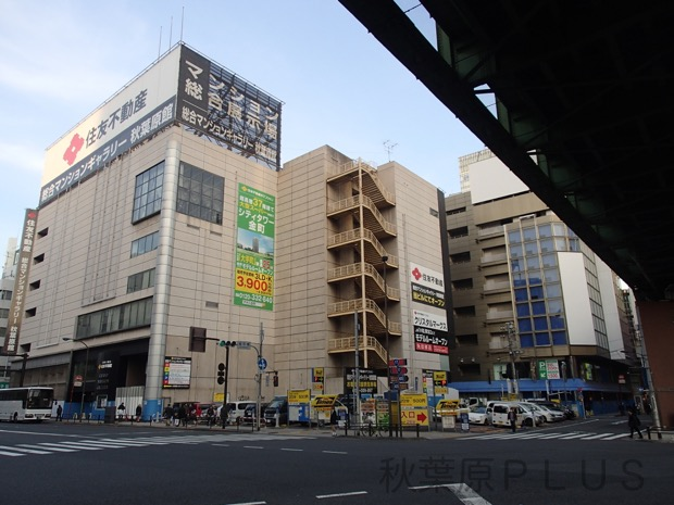 開発対象の旧石丸電気ビル、マンションギャラリー、駐車場が一望できる。